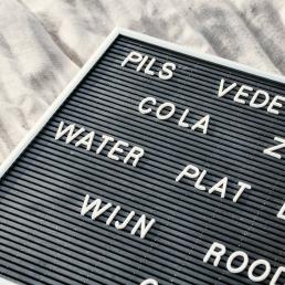 zwart horizontaal letterbord