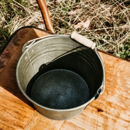 Zinken emmer met houten handvat